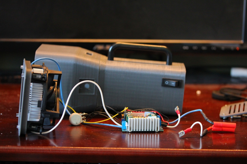 This picture shows how the electronics sit inside the enlcosure.